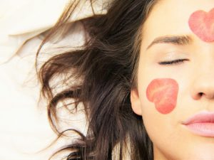 איך לשמור על טיפוח עור הפנים גם כשנמצאים בחול